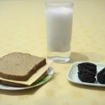 sándwich queso con pan integral- leche - 2 ciruelas desecadas